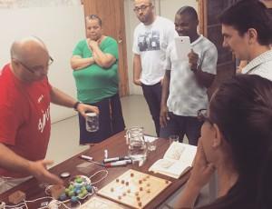 Víctor Baroja explicant com es juga als diferents jocs.